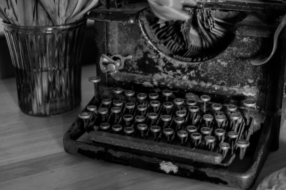 Old-typing-machine-free-license-CC0-980x652